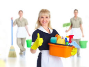 услуги горничной, уборка квартир или домов.